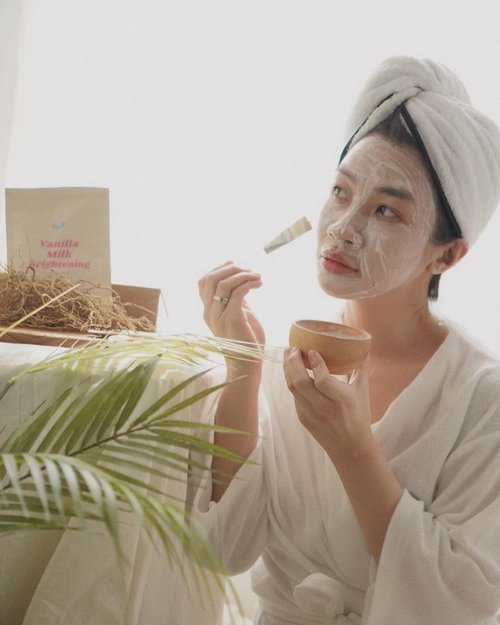 Breaking out? Face Mask Stressful day? Face Mask Ngedrakor sambil ngehallu? Face Mask is the best🥰  Aku belakangan ini lagi suka pake masker wash off bentuk bubuk,apalagi kalo ada wadah gemes yang aesthetic dari kayu dari @borneoart.id ,lengkap banget sampe ke spatulanya juga ada🥰🥰  #shantyhuang #beauty #makeup #selfie #beautyblogger #beautybloggerindonesia #beautyandhairdiaries #tampilcantik #love #koreanmakeup #jakartabeautyblogger #clozettedaily #clozetteid