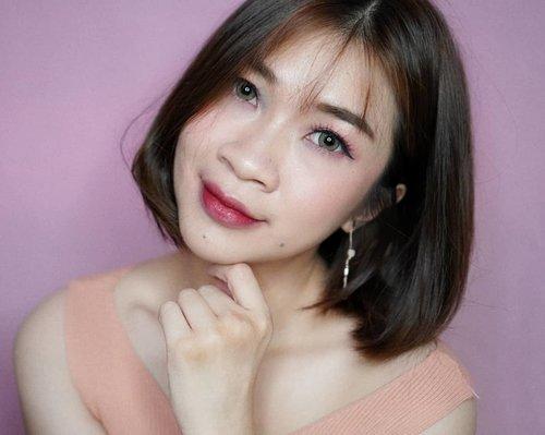 """Selamat hari sabtu 😘 ada janji malam ini?  Yuk intip makeup tutorial aku """"Pinky Korean Makeup"""" dengan menggunakan produk dari @focallurebeautyid.  Kaget dan langsung jatuh cinta dengan produk Focallure, harganya bener bener ramah di kantong tapi kualitasnya💪  Produk yang aku pakai adalah produk terbaru dan aku bisikin ya lagi ada harga promo loch,link ada di bio aku ya  https://youtu.be/hIZjFpoMFuQ #Shantyhuang #beauty #beautyvlogger #onebrandfocallure #focallure #selfie #selca #Clozetteid #Clozettedaily #instagood #instagood"""
