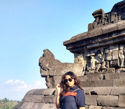 Golden 🌅🌻.......#visitindonesia #wonderfulindonesia#beautyfulindonesia #indonesiantravel #abtourtravel #indobeautygram #indonesianwoman #borobudurtemple #clozetteid