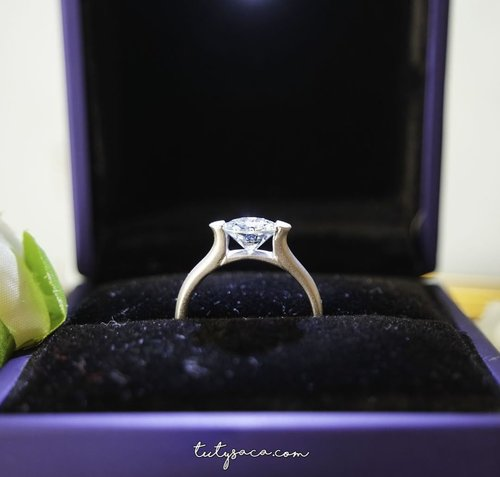 Lihat sayang, cincin ini begitu indah. Kilauan cahayanya sangat silau putih bersih, seputih ikhlas cintamu kepadaku. Dibelakangnya ada jerih payah, banting tulang, peluh kesah dan tetesan keringat. Ia menginginkan selalu yang terbaiklah yang diberikan kepada istrinya. #diamondring #showmeyourrings #ringsofinstagram #ringbling #finejewelry #jewelryaddict #shinebright #shinebrightlikediamond#vintagejewelry #jewelrylover #jewelryoftheday #engagementring #weddingring #romantic #bestgift #birthdaygift #bblogger #bbloggerid #clozetteid