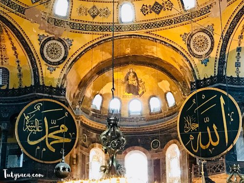 Hagia Sophia, the only place that you can see a paint of the virgin Mary which symbolizes the catolic religion is between by lafadz Allah SWT and Prophet Muhammad SAW which symbolizes islam religion.  #hagiasophia #ayasofia #istanbul #bloggerbabes #happyholidays #muslimtravelers #bloggerstyle #bloggerperempuan #bloggerid #travelblogger #travelphotography #clozetteid #jalan2man #turkeytrip