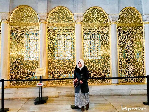 Behind me is the place where you can read the Holy Al-qur'an. The windows are very beautiful.  #muslimtravelers #hagiasophia #istanbul #turkeytrip #femaletraveler #ilovetravel #happyholidays #instatravel #jalan2man #clozetteid #indonesianblogger #bloggerstyle