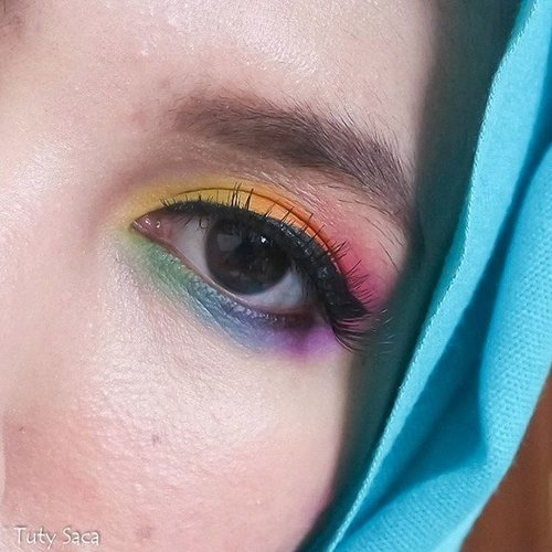 Rainbow eye using @morphebrushes 35C #makeup #makeupeye #morphebabe  #morphe #teamnopluck #nopluckeyebrow #virgineyebrows #rainboweyeshadow #rainbow #eyeshadow #fierce #beauty #beautyblogger #indonesianbeautyblogger #hudabeauty #chichijab #hijabbeauty #MOTD #clozetteid