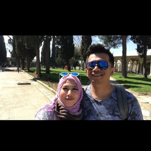 When we were visiting the beautiful palace. It's Topkapi Palace. Go to my youtube channel, tuty saca to see full story. #istanbul #topkapipalace #turkeytrip #happyholidays #bloggerslife #couple #love #clozetteid #turkey #jalanjalan