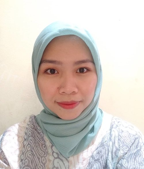 Fresh simple makeup:Eyebrow pencil by @lakmemakeup X @anggierassly Eyeshadow @esqacosmetics Primer @studiotropik @itcosmetics Cushion @makeoverid Blush on @nyxcosmetics_indonesia Shading @riveracosmetics Lipstick : lipmatte velvet mousse no 8 @wardahbeauty Ombre @ysl Detail nama produknya menyusul ya. Lupa.Heheheh#freshmakeup #simplemakeup #clozetteid