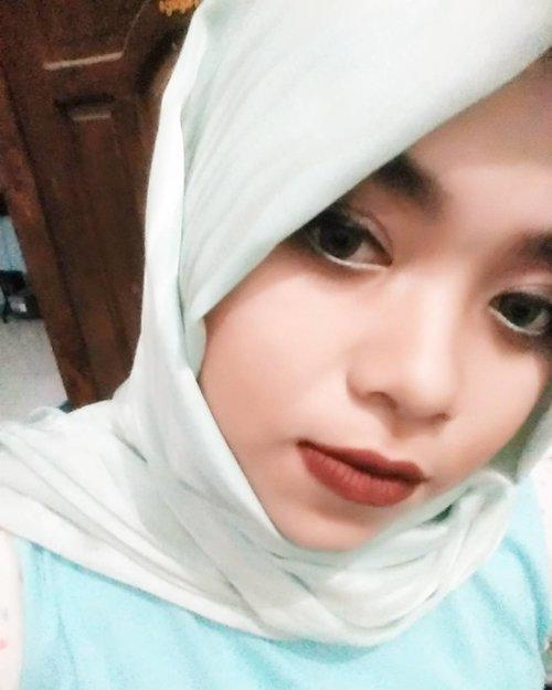 Mumpung dirumah, iseng mainan make up wkwkwk walaupun masi pake baby doll . . . . . . . . #latepost #selfie #hehehe #hijab #instahijab #clozetteid #hotd #pastel #smile #instadaily #makeup #power #powerofmakeup #tosca #satinvelvet #blue #darkblue #hijabbi #hijaber #smile #flawless #hahaha #makeupaddict #clozetteindonesia #darklipstick