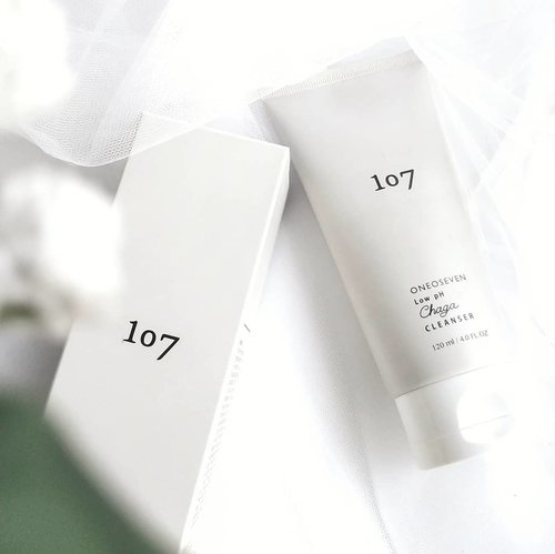 @107global Low pH Changa Cleanser . Do you guys still remember the texture shot that I shared last Tuesday? So here's the product! This product has been selected as the best 2019 cleanser @beaut.chat version. . Half of 2020 we have passed, and I think that this is still the best cleanser I have ever found. . The key ingredients are Changa Mushroom Extract, 10 Complex & 5 Years Naturally Fermented Vinegar. This cleanser is formulated for those who have dry or irritated, sensitive & dehydrated skin. Works by gently cleansing the skin without any stripping or drying sensation. . It has gel to mild foam texture, clear with yellowish hints. There are dried plant flakes in it which works as a natural gentle exfoliation that is very safe to use daily. . It has a very pleasant combination of grapefruit and bergamot scent, I love it! . I didn't notice any bad effects on my sensitive skin while using this cleanser. I really like how soft the foam produced and the dried plant flakes in it exfoliate my skin gently without hurting it. After rinsing, my skin feels very soft, moist & hydrated. It also helps soothe problematic skin. . Have you ever tried this cleanser? What do you think? . . . . #oneoseven #oneosevencleanser #oneosevenlowphchangacleanser #cleanser #facecleanser #kbeauty #beautchat #koreanbeauty #kskincare #koreanskincare #beauty #glowingskin #skincare #skincarereview #clenaserreview #beautycommunity #skincarecommunity #skincareroutine #ClozetteID #instabeauty