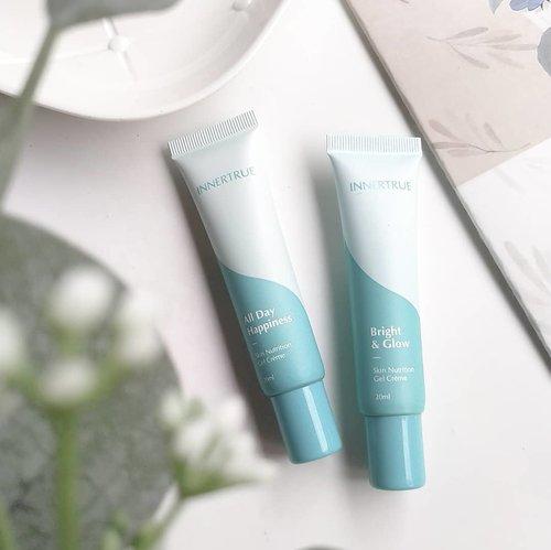 INNERTRUE - All Day Happiness + Bright & Glow Skin Nutrition Gel Crème . Keduanya ini sama-samamoisturizer, lalu apa bedanya?  .  All Day Happiness fungsinya untuk melembapkan, menutrisi, melindungi dari sinar UV, Radiasi Gadget (Anti Blue Light). Dengandewy &natural glow finishcocok buat mereka yang kulitnya kering. .  Sementara Bright & Glow, fungsinya sih sama dengan ADH, hanya saja yang bikin bedafinish-nyasemi-matte, jadi lebih cocok buat mereka yang kulitnya berminyak. B&G juga memberikan efektone up, tapi tenang ajatone upnya nggak bikin wajah abu-abu, dikulitku yg medium hasilnya masih nampak natural. .  Aku menggunakan B&G sebagai pelembap pagi dan ADH untuk malam hari. .  Keduanya mengandung MossCellTec™ No.1 dan beberapa ingredients yang mirip seperti Algae, Aloe Vera, Lumicease, Curcumin, Green Tea Vitamin C & B3, Vitamin D3, dll. Bedanya, di B&G Terdapat Tranexamic Acid & Peptides yang memberikan manfaat mencerahkan. .  Teksturnya sama gel-cream, bedanya yang B&G warnanya ada hints kekuningan, sementara yang ADH warna putih.  .  Pertama kali mencoba ADH aku sangat terkesan, karena ada soothing sensation yg bikin jerawatku tenang + finishnya glowing. .  B&G mengandung spf setara spf15, ada filter Titanium dioxide. Meskipun sudah ada spf tapi aku masih menambahkan sunscreen lagi setelahnya. Beberapa kali percobaan menambahkan sunscreen berakhir dengan pilling. Kenapa ini bisa terjadi? Lihat ingredients list-nya, ada banyak kandungan dimethicone disana yg bersifat occlusive, nahh kebetulan beberapa sunscreen yang aku gunakan juga banyak dimethicone nya, jadi itulah penyebabnya. Kemudian aku coba cari sunscreen ku yang lebih ringan, tanpa dimethicone dan ternyata tidak terjadi pilling. .  Baca review lengkap & hasil penggunaan INNERTRUE di blog ku www.yourwilddaisy.com .  Thank u so much @smartskincare.id for providing me these products to try ❤.  .  #skincareroutine #skincarereview #skincarediary #skincarelover #skincarecommunity #beauty #beautyblogger #be