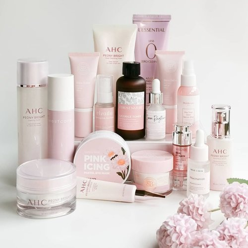 It's been a long time since my last submission for #pinkwednesday almost 2 years. So, here I am with my fast growing collection of pink skincare.  💗 @ahc.global Pink Peony Series 💗 @westcare_id Rose De Damas Face Mist 💗 @lessential.global 0 Zero Cleanser 💗 @beautyboss.co.id Boss Babe BB Cream 💗 BeautyBoss Day-off Cleansing Balm 💗 @truetoskinofficial Niacinamide Serum 💗 @datglowskin @kaylas.choice Brightening Serum 💗 @wellagekorea Real Vitamin Concentrate Ampoule 💗 @itrustnature.id Licorice Toner 💗 @hayejin.id Pink Icing Pastel Eye Mask 💗 @elvada.beauty Hydrating Daily Glow Serum 💗 @muldream.official Vita Snail Glow Mist Serum  Sebenarnya aku masih ada produk pink lain, tapi karena terlalu banyak dan terlihat rame jadi kurang indah dipandang 😁 So, next time aku akan tunjukkan part 2 dan part lainnya, kalau masih ada 😂.  What's your fav pink product?   #skincare #skincareroutine #skincarelover #skincareaddict #skincarecommunity #beauty #beautycommunity #beautyblogger #beautyreview #beautytips #skincareindonesia #indonesianproduct #pink #pastel #pinkcollection #ahc #wellage #muldream #westcare #hayejin #beautyboss #niacinamide #truetoskin #koreanskincare #koreanbeauty #skincarereview #clozetteID