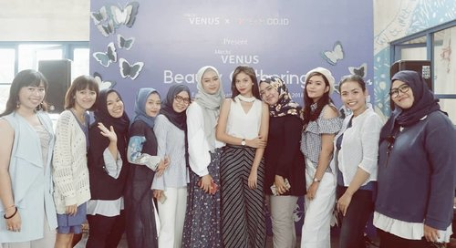 Last week at #DreamVenusBeautyGathering me and @jogjabloggirls 's members with @yukikt 💙💙💙 #VenusCosmetic #VenusCantikSehat #VenusSoftMatteLipCream #ClozetteID #Clozetter #JogjaBloggirls #Blogger