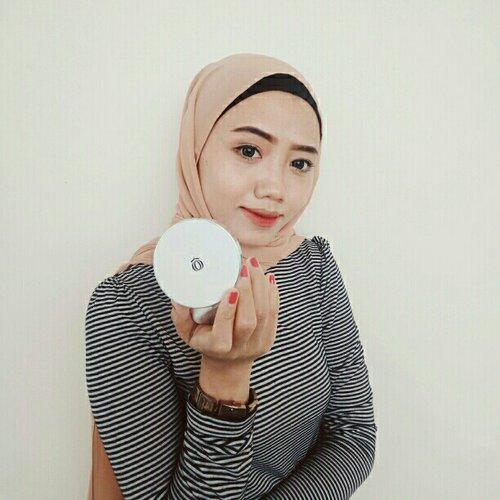 Aku salah satu orang yang suka makeup simpel. Pakai produknya juga natural aja gitu biar nggak terlalu kelihatan menor hehe.    Produk makeup dengan packaging yang praktis macam cushion udah jadi favorit aku. Kayak Lanore DD Cushion ini loh, si produk multifungsi dalam satu kemasan! Selain sebagai base makeup, produk ini sudah dilengkapi dengan pelembab dan SPF 36 PA+++   Kandungan Vitamin B3, UVA/B Protector serta Adenosine dalam produk ini mampu membuat kulit wajah tampak lebih cerah. Selain itu,  Lanore DD Cushion ini juga merupakan produk antiaging sehingga memperlambat tanda-tanda penuaan dini. Cocok buat wanita usia 20an🌹   Yang aku suka dari cushion ini tuh ringan dipakai sehari-hari karena coverage-nya light to medium. Terus makin lama dipakai kulit makin keliatan glowing sehat⚡
