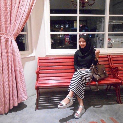 black outfit never wrong #ootd #fashion #hijab #bag #black #stripe #platform