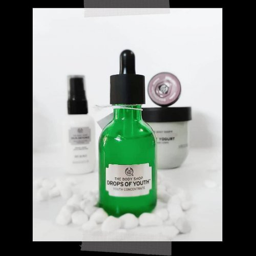 [Review] The Body Shop Drops Of Youth Concentrate . 27 Juni lalu di event pertama TBS Babes by @thebodyshopindo , I did my first ever skin check. As long as I knew, my face is oily and prone to acne. Jadi semua skincare yg aku beli pasti to reduce oil an anti acne. Imagine how shocked I was when the skin expert told me that my skin type is combination. Artinya T zone ku berminyak tapi U zone ku kering. And acne is the least of my skin problem. . The skin expert recommended me Drop of Youth Concentrate to be applied after toner and before my tea tree serum to balance the skin. And it does nothing but magic! Bukan hanya terlihat lebih kenyal, it hydrates my skin without looking too oily. . Aku pakai Drop Of Youth ini selama 3 minggu, 2 kali sehari sebelum serum tea tree ku. Just like the expert said. And since then, it's my holy grail! . . . #TBSBabes #clozetteid #beauty #skincare #serum #blogger #review #beautyreview #beautyblogger #lifestyle #lifestyleblogger #event #beautycare #JojiReview #booster #concentrate