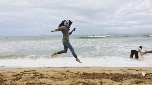 Sebuah cuplikan tentang kebahagian para Bolang yang sedang bermain di tepi pantai 🌊🌊🌊 😂😅😉🙆✌ (That waves' sound😍❤) . . . 🎥 : @fakhranzul #shortvideo #bolang #slowmotion #slowmo #beach #clozetteid #clozettedaily