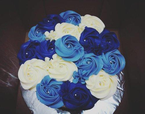 Why u feelin' so blue? . . . But u dont have to bcs u have this cake☺ #white #blue #rose #flowers #cake #rosescake #beautifulcake #sweetcake #cakequotes #clozetteid #clozettedaily