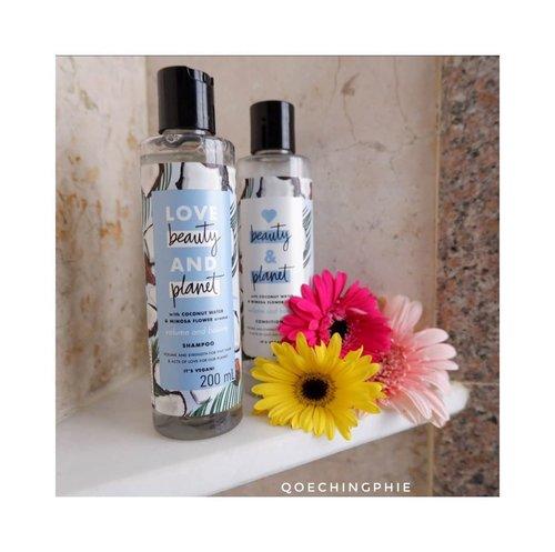 """Sekarang ini banyak banget produk yang mulai beralih ke bahan bahan alami untuk mengurangi polusi air akibat penggunaan produk perawatan yang kita pakai sehari-hari. Salah satu produk yang juga mengusung konsep """"menggunakan bahan alami"""" adalah Love Beauty and Planet.  Love beauty & planet punya banyak varian shampoo dan conditioner yang bisa kamu coba sesuai dengan jenis rambutmu. Kalau aku karena rambutku cenderung kering, cocok nih pakai coconut & mimosa flower yang wanginya enak banget.  Baca reviewku  untuk produk Love Beauty and Planet Shampo dan Conditioner, shampoo dengan klaim ramah lingkungan disini ya :  http://www.qoechingphie.com/2020/02/review-produk-love-beauty-and-planet.html  Atau klinik link bio 😊🙏 Happy weekend  #review #lifestyleblog #lifestyle #reviewers #nature #beauty #hairshampoo #sampo #alami #natural #photography #haircare #conditioner #perawatan #produkreview #lovebeautyandplanet #blogger #bloggerjakarta #photography #clozetteid"""