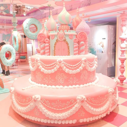 Found this candy land in Shibuya 109! It's called Moreru Mignon, where you can take a purikura inside the box or you can just snap your photos around this super kawaii interior 💅🏻 Sweetness overload 💕 can't wait to share it in my blog ! www.mellarisya.com  #clozetteid #mellatravelogue