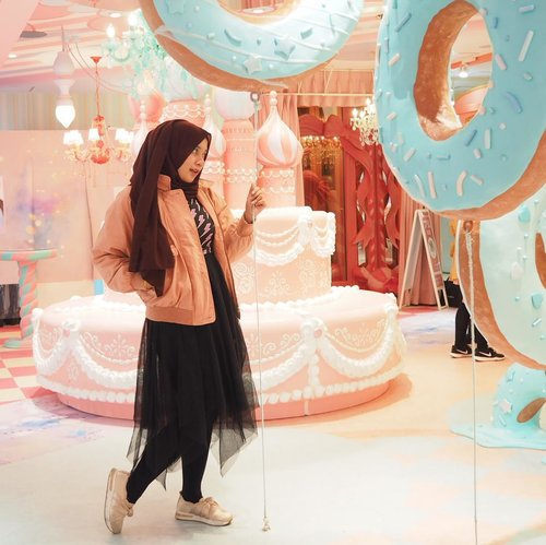 "<div class=""photoCaption"">candy land 🍬 🍭 .Only in Japan, u can dress however u want and not being stared like u're some kind of a freakshow 😌 <a class=""pink-url"" target=""_blank"" href=""http://m.id.clozette.co/search/query?term=clozetteid&siteseach=Submit"">#clozetteid</a></div>"