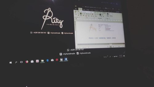 "Deadline is callingThen i said ""okey"" 😭Kagak sanggup ngedesain yeee 🙌#semogaberkahmelimpah#semangat#kudusetrong .....#deadline #work #beinghappy #shoes #travelerblogger #womanlifestyle #womantraveler #ritystory #travelerlife #mytravelgram #womanentrepreneur #mygift #travelgram #womanblogger #wanitatangguh #like4likes #gallery_of_all #solotravel #travelerblogger #girlexplorer #clozetteid #rityhandmade"