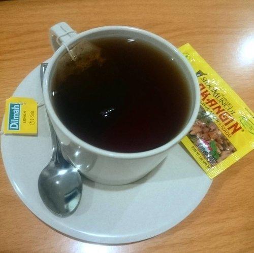 A cup of lemon tea 🍋 + tolak bala eh tolak angin 😀 Semoga wesewes-sewes bablas flu nye 👌✌ . . . . #tea #lemontea #lemon #tealover #acupoftea #tolakangin #efekflu #ritystory #dilmah #dilmahtea #clozetteid #clozette #drink #instatea