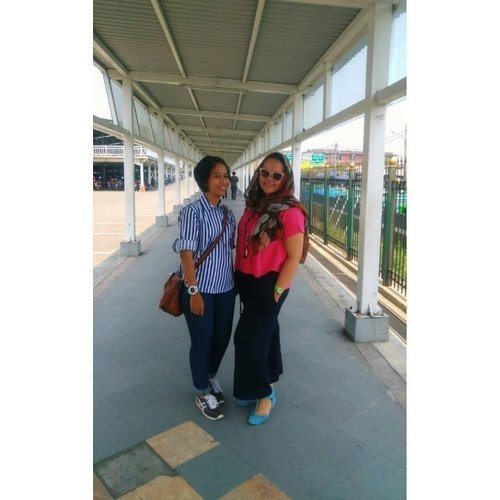 Ketika piknik perlu gaya.. Stasiun pun jadi 😁😄 Edisi Jubaidah 😜 . . . . . #sister #sibling #family #sisters❤️ #bestiest #familyportrait #travelerblogger #womanlifestyle #womantraveler #ritystory  #travelerlife #mytravelgram #instatravel  #instaphotoshoot #womanentrepreneur #photooftheday #picsoftheday #travelgram #clozetteid #myadventure #wanitatangguh #behappy #holiday