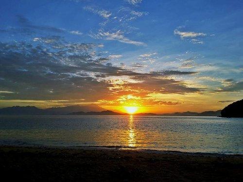 SUN RISE . . . . . #sunrise #riseandshine #morningview #explorentb #ritystrip #travelerblogger #womanlifestyle #womantraveler #ritystory #ig_asia #instabeach #gili #island #travelerlife #mytravelgram #instatravel #igersworldwide #igersindonesia #instaphotoshoot #instanusantara #wonderfullindonesia #instapic #instaphoto #photooftheday #picsoftheday #travelgram #clozetteid #myadventure  #travelphotography #travelpics