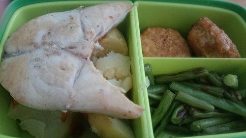 Bekalnya rada ajaib.. Ngurangin garam dan gula.. Menghindari yg namanya gorengan tapi tetep aja ada yg digoreng.. Well klo buat sendiri ya terjamin lah ya.. So menu lunch kali ini : 1. Ikan gindara ya dibakar alakadarnya 2. Buncis  3. Tahu ala homemade prakarya semalam 4. Kentang kukus . . Happy lunch 🍴 Be healthy! #staystrong . . #healthyfood #lunchtime #lunchmenu #potato #gindarafish #clozetteid  #instafood #foodie #foodphotography #foodoftheday #foodgram #like4likes #followforlike #igersworldwide #ritystory #ritystyle #mytravelgram #travelerlife #foodlovers #womanblogger #exploreindonesia #kuliner #culinary #foodporn #picoftheday #foodlover #foodgallery#makananindonesia #instafood #foodpics