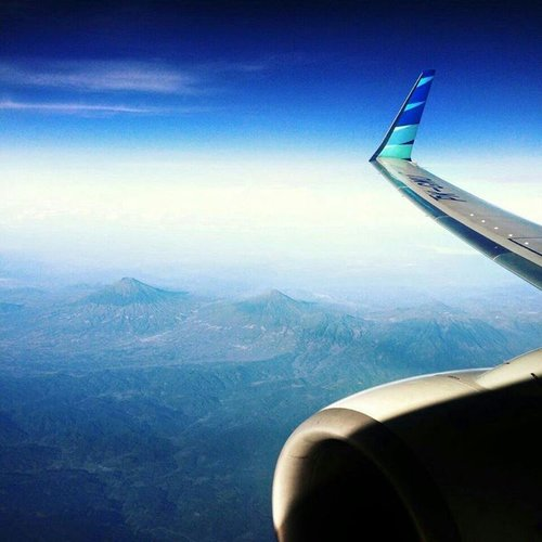 Enjoy the flight with @garuda.indonesia 📷 #sonyxperia . . . . #garudaindonesia #flight #latepost #quotestoliveby #sky #onboard #onduty #flytothesky #flytothemoon #ritystrip #ritystory #clozetteid #womanblogger #travelerlife #myadventure #travelerblogger #island #enjoytheflight  #indonesiaairlines #airlines #igersindonesia #mytravelgram #myadventure