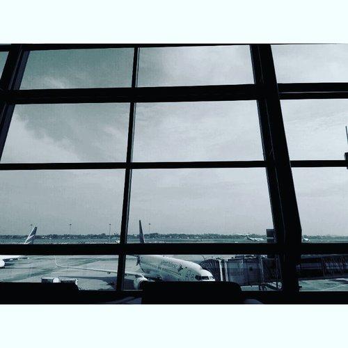 Waiting ✈ . . . #garudaindonesia #flight #throwback #onduty #soekarnohattaairport #airport #work #meeting #bw #bwlandscape #travelerblogger #womanlifestyle #womantraveler #ritystory  #travelerlife #mytravelgram #womanentrepreneur #photooftheday #myselfie #travelgram #clozetteid #womanblogger #wanitatangguh #igersindonesia #likeforlike