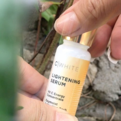 ✨ C White Lightening Serum ✨ 🌷 @azarinecosmetic 🌷  Udah lama tau kalau Vitamin C itu punya banyak fungsi untuk kulit , terutama fungsi mencerahkan .  C White Lightening Serum ini berfungsi untuk mengatasi masalah kulit kusam, dark spot dan warna kulit yang tidak merata untuk kulit siapa aja. ⠀⠀⠀⠀⠀⠀⠀⠀⠀ Di kulit sensitif ku, serum ini ga ngenganggu , ga ad efek breakout juga,  Dan yang pasti makin cerahan , meskipun perlahan :)  Vitamin C Energy Concentrate  serum ini memiliki kemampuan untuk mendeteksi bagian kulit yang gelap dan bekerja dengan maksimal pada area tersebut , makanya ada efek mencerahkan nya 🌸  Dan Oxymoist Activating Technology pada serum ini memiliki kemampuan untuk menyerap lebih banyak oksigen sehingga menjaga hidrasi kulit, inilah yang membuat serum ini juga cocok di pakai di pagi hari menemani hari 🌷  Swipe untuk liat before after nya yaaa ✨   @indobeautyblogger @indobeautygram @indobeautysquad @cchannel_id @zonacantikwanita @cchannel_beauty_id @tutorialmakeup_id @tips__kecantikan @tipsmakeup_id #cchannelbeautyid #cchannelfellas #tampilcantik #indobeautygram #indobeautyvlogger #indobeautyvlogger @glowbeautysquad #clozetteid #clozette #skincare #reviewskincare #azarine #trynreview