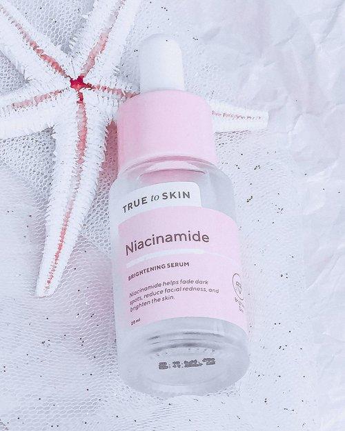 """✨🍃 𝙉𝙄𝘼𝘾𝙄𝙉𝘼𝙈𝙄𝘿𝙀 𝘽𝙍𝙄𝙂𝙃𝙏𝙀𝙉𝙄𝙉𝙂 𝙎𝙀𝙍𝙐𝙈 - @truetoskinofficial  🍃✨(っ◔◡◔)っ ♥pasti banyak yg udh ga asing lagi sama brand ini, skrg giliran aku mereview 😉 ~ ♥Ingredients : 𝘈𝘲𝘶𝘢, 𝘕𝘪𝘢𝘤𝘪𝘯𝘢𝘮𝘪𝘥𝘦, 𝘗𝘦𝘯𝘵𝘺𝘭𝘦𝘯𝘦 𝘎𝘭𝘺𝘤𝘰𝘭, 𝘉𝘶𝘵𝘺𝘭𝘦𝘯𝘦 𝘎𝘭𝘺𝘤𝘰𝘭, 𝘡𝘪𝘯𝘤 𝘗𝘊𝘈, 𝘏𝘺𝘥𝘳𝘰𝘹𝘺𝘦𝘵𝘩𝘺𝘭𝘤𝘦𝘭𝘭𝘶𝘭𝘰𝘴𝘦, 𝘈𝘭𝘭𝘢𝘯𝘵𝘰𝘪𝘯, 𝘋𝘪𝘴𝘰𝘥𝘪𝘶𝘮 𝘌𝘋𝘛𝘈, 𝘗𝘩𝘦𝘯𝘰𝘹𝘺𝘦𝘵𝘩𝘢𝘯𝘰𝘭.Packaging :Packaging nya seperti botol serum pada lazimnya , di hiasi warna pink pastel, tetap aplikator pipet berukuran sedang . Tekstur :Cukup kental, namun ga berat , cukup cepat menyerap dan ga lengket namun sedikit licin , di kulit ku ada sensasi dingin nya sebentar jadi cukup menyegarkan mau di pake pagi atau malam.Review : HEI YOO! Niacinamide mah Ingredients """"mencerahkan"""" kesayangan kulit ku mungkin sampe akrab banget 😙. Niacinamide TTS ini cukup gentle kalau di pakai, meskipun kandungan nya 10% , tapi ini kerasa ringan, dibawa pagi hari sambil makeup an seharian juga ttp enak aja dipakainya , biasanya kalau pagi hari aku pakai 2 tetes dan malam 4 tetes 😅 metode raupp bun 😃.Beberapa kali ku perhatikan , muka ku yang kusam karena suntuk bisa di cerahkan sama serum ini, bahkan ini juga bisa membantu hidrasi kulit ku yang kemarin lagi di fase dehidrasi , kerasa lembab aja gitu meskipun di cuaca panas , dan kalau ku perhatikan bekas jerawat aku juga di bantu pudar meskipun belum dipakai sampai habis , dan ini ada kandungan Zinc nya yg jadi anti oksidan nya , yg mana ku perhatikan hitam dibawah mataku lumayan membaik ~ Di aku kerasa efek lembab, mencerahkan , dan memudarkan bekas jerawat .Termasuk salah satu serum kecintaan ku untuk masalah mencerahkan dan melembapkan , bisa juga diandalkan untuk memperbaiki skin barrier.#nmniacinamideserum #nmserum  #reviewbynm #sotd #skincarejunkie #beautytalk #skincarehoarder #treatyourskin #skinstagram #textureshot #tekstureshot #reviewindonesia #skincareindonesia #skincarecommunity #clozetteid #clozette#ibcxtruetoskin#LOVEYOURTRUESKIN#truetoskin"""