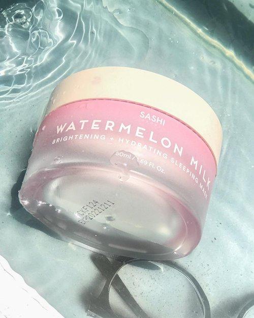 """✨🍃 𝗪𝗮𝘁𝗲𝗿𝗺𝗲𝗹𝗼𝗻 𝗠𝗶𝗹𝗸 𝗠𝗮𝘀𝗸 - @sashiseoul 🍃✨(っ◔◡◔)っ ♥ 𝗺𝗮𝗱𝗲 𝘄𝗶𝘁𝗵 𝗽𝗿𝗲𝗺𝗶𝘂𝗺 𝗾𝘂𝗮𝗹𝗶𝘁𝘆 𝗶𝗻𝗴𝗿𝗲𝗱𝗶𝗲𝗻𝘁𝘀 𝘁𝗵𝗮𝘁 𝗮𝗿𝗲 𝘀𝗮𝗳𝗲, 𝗳𝗿𝗲𝗲 𝗳𝗿𝗼𝗺 𝗵𝗮𝗿𝗺𝗳𝘂𝗹 𝗶𝗻𝗴𝗿𝗲𝗱𝗶𝗲𝗻𝘁𝘀, 𝘃𝗲𝗴𝗮𝗻-𝗳𝗿𝗶𝗲𝗻𝗱𝗹𝘆, 𝗮𝗻𝗱 𝗮𝗹𝘀𝗼 𝗻𝗼𝘁 𝘁𝗲𝘀𝘁𝗲𝗱 𝗼𝗻 𝗮𝗻𝗶𝗺𝗮𝗹𝘀~♥ • Centella asiatica • Lactic acid • Watermelon seed oil • Niacinamide 🪴Hydrating (melembabkan)🪴Brightening (mencerahkan)🪴Nourishing (menutrisi)Teksture nya puding banget ga si? Malah warna pink pastel banget gitu 😳Packaging nya juga ga kalah lucu , asli , fall in love seketika ☺️Meskipun ini Sleeping mask , di kulit kombinasi ku , ini ga bikin minyakan gitu , meskipun udara disini cukup panas.Selain notice ini bikin lembap, kulitku juga cukup terbantu sedikit cerahan , kyk ga gampang kusam aja gitu 🥺Belum lagi aroma nya yang khas banget , pake ini sebelum tidur kyk buat nyenyak , gatau nth kenapa gitu di akunya 😗.Ini sempat viral di Tiktok, dan aku cukup ngiler, setelah coba """"wah ternyata gini ya"""" 🙂Lembap nya dapat, cerahan juga dapet!!✨Bisa diskon kalau kalian checkout pake kode voucher """"SASHANA18""""#reviewbynm #sleepingmask #watermelonmilkmask #sotd #skincarejunkie #beautytalk #skincarehoarder #treatyourskin #skinstagram #textureshot #tekstureshot #reviewindonesia #skincareindonesia #skincarecommunity #clozetteid #clozette"""