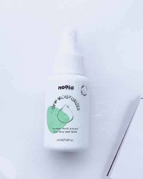 """✨🍃 𝘿𝙚𝙬 𝙈𝙤𝙞𝙨𝙩𝙪𝙧𝙞𝙯𝙚𝙧- @noola.id 🍃✨(っ◔◡◔)っ ♥ Selama ini belum menemukan moisturizer favorit , dan di awal tahun aku ketemu ini ♥𝙳𝚎𝚠 𝙼𝚘𝚒𝚜𝚝𝚞𝚛𝚒𝚣𝚎𝚛 𝚊𝚍𝚊𝚕𝚊𝚑 𝚙𝚎𝚕𝚎𝚖𝚋𝚊𝚋 𝚛𝚒𝚗𝚐𝚊𝚗 𝚋𝚎𝚛𝚋𝚊𝚑𝚊𝚗 𝚍𝚊𝚜𝚊𝚛 𝚊𝚒𝚛 𝚝𝚊𝚗𝚙𝚊 𝚖𝚒𝚗𝚢𝚊𝚔 𝚢𝚊𝚗𝚐 𝚊𝚖𝚊𝚗 𝚍𝚒𝚐𝚞𝚗𝚊𝚔𝚊𝚗 𝚜𝚎𝚑𝚊𝚛𝚒-𝚑𝚊𝚛𝚒. 𝚃𝚒𝚍𝚊𝚔 𝚖𝚎𝚛𝚊𝚗𝚐𝚜𝚊𝚗𝚐 𝚏𝚞𝚗𝚐𝚊𝚕 𝚊𝚌𝚗𝚎 𝚊𝚝𝚊𝚞 𝚖𝚊𝚕𝚊𝚜𝚜𝚎𝚣𝚒𝚊 𝚏𝚘𝚕𝚕𝚒𝚌𝚞𝚕𝚒𝚝𝚒𝚜.𝗕𝗮𝗵𝗮𝗻 𝗮𝗸𝘁𝗶𝗳 : 𝗖𝘂𝗰𝘂𝗺𝗯𝗲𝗿 𝗙𝗿𝘂𝗶𝘁 𝗘𝘅𝘁𝗿𝗮𝗰𝘁, 𝗔𝗹𝗼𝗲 𝗩𝗲𝗿𝗮 𝗘𝘅𝘁𝗿𝗮𝗰𝘁, 𝗦𝗼𝗱𝗶𝘂𝗺 𝗣𝗖𝗔, 𝗚𝗹𝘆𝗰𝗲𝗿𝗶𝗻, 𝗦𝗼𝗱𝗶𝘂𝗺 𝗛𝘆𝗮𝗹𝘂𝗿𝗼𝗻𝗮𝘁𝗲, 𝗣𝗮𝗻𝘁𝗵𝗲𝗻𝗼𝗹, 𝗔𝗹𝗴𝗮𝗲 𝗢𝗹𝗶𝗴𝗼𝘀𝗮𝗰𝗰𝗵𝗮𝗿𝗶𝗱𝗲𝘀Okey , lanjut saja ke #reviewbynm 💕 {𝐑𝐄𝐕𝐈𝐄𝐖}Kesan pertama liat packaging nya adalah """"WAH, MINIMALIS YA!"""" Kenapa ? Karena mmg ini cukup beda dibanding packaging moisturizer yg pernah aku pake , biasanya bentuk jar ini malah bentuk pump atau spray🥰.Teksturnya ? Duh paling bingung deskripsiinnya , intinya ga greasy, super nyaman bahkan ringan dipakai di pagi hari , aromanya sedikit , menurutku lumayan relaxing .Aku selalu pake ini di pagi dan malam hari , jujur ini moisturizer fav aku sampai detik ini dari awal pemakaian , mulai dari tekstur dan formula nya , perfoma nya cukup bersahabat di kulit ku, mantap kalau ku jadiin basic skincare ku .Di kulit ku yang hampir Oily ini, dia bisa mernormalkan dan ngebantu hidrasi kulit ku , kalau pake ini serasa aman kalau mau pake Ingredients yang aktif .Gimana ya, moist ini kyk udh jadi pengaman dan penyelamat kulitku kalau udah breakout gitu loh, sanking aku percaya dan sukaaanya.Ga over review memang aku sangat suka :) (Sambung di bawah)#nmmoisturizer #reviewbynm #sotd #skincarejunkie #beautytalk #skincarehoarder #treatyourskin #skinstagram #textureshot #tekstureshot #reviewindonesia #skincareindonesia #skincarecommunity #skinluxury #abskincare #topshelfie #igskincare #igskincarecommunity #kbeautyaddict #koreanskincareroutine #skincareblogger #skincareinfluencer #abblogger #igskincarecommunity #clozetteid #clozette"""