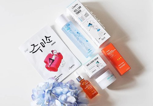 My skin got brighter within 10 days after using @jumiso_official skin care set!! 😍🥰 Swipe to see the difference ▶️▶️ So happy when I was chosen as one of the Try Me Review Me reviewer from @stylekorean_global! here's some of my thoughts about the products:  The similarity I've found from the 3 products are:  1. No fragrance 2. No bad alcohols 3. Lots of amazing inrgredients 4. Cute illustrations  Texture: Jumiso Yes, I am Toner: Transparent, thin watery 💧  Jumiso All Day Vitamin Brightening and Balancing Facial Serum: Even though it's a non-water based serum, it's lighter and more runny than the other serums I've tried.  Jumiso Have A Good Cream: a semi-gel cream that is not sticky (even with snail secretion as one of its ingredients). Performance: Compared to my previous skin care set, my moisture level is improved and oil level is also decreased. swipe to the last pic to see ▶️▶️ . After 10 days using Jumiso Yes, I am Toner in the PM and Jumiso All Day Vitamin Brightening and Balancing Facial Serum + Jumiso Have A Good Cream for AM & PM religiously, my skin does look brighter and the textures got a bit improved. . Verdict:I could see my skin has improved both in tone and texture, plus got moisture and oil level balanced. It's really good for everyone who has a dull and tired skin and wants to make it brighter in a safe way. But if you have sensitive skin like mine please do patch test first! . Where to buy: @stylekorean_global Head on to my blog for the complete review, #linkinbio ❤ . Hope you've been having an amazing weekend ❤❤❤ . . #stylekorean#stylekorean_global #Jumiso #ClozetteID #clozetteambassador #minireview #kbeauty #skincare #skincarejunkie #skincareaddict #koreanskincare #koreanbeauty #jumisoalldayvitaminbrighteningandbalancingfacialserumreview #jumisoalldayvitaminbrighteningandbalancingfacialserum #jumisohaveagoodcream #jumisohaveagoodcreamreview #jumisotoner #jumisotonerreview #flatlays #flatlay #aestheticaccount #whywhiteworks #bblogger #beautyblogg