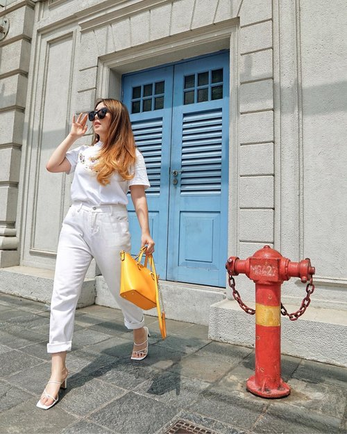 Sometimes less is more. But make sure the amount you possess have excellent qualities. 💛 — Sunglasses from @aldo_shoes  Graphic tee from @cottonink x @unilever  White denim from @thisisapril_  Kate Spade Bag from @le.hoo.gaa  Strap Heels from @herofficialid  #ThePetiteMissyTravels #PriStyleDiaries 📸 @steviiewong . . . . . . . . #whatiwore #chic #sg #singapore #sgblogger #traveling #travel #travelblogger #travelingram #travelinspiration #fashionistas #ootdinspiration #lotd #fashionblog #bloggerstyle #fashion #instastyle #blogger #styleblogger #fashionblogger #influencer #ootd #fashioninfluencer #style #outfit #summer #clozetteid