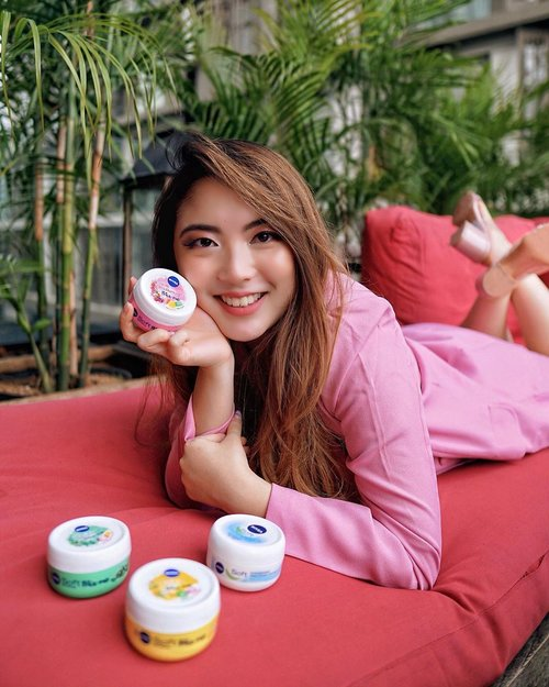 To all of you with a playful and youthful personality, meet Nivea Soft Mix Me! 🌈 These products from @nivea_id is formulated with Jojoba Oil and Vitamin E to give moisture, softness and refreshing sensation to both the body and face. It functions to prevent our skin from drying, without any sticky and oily after-effect, since it got absorbed by the skin pretty quickly..They come in 4 variants;🍓 Berry Charming ( Girly )🍍 Happy Exotic ( Fun )🌿 Chilled Oasis ( Edgy )💦 Original ( Simple and Chic )So find the one that fits your personality best! 😍.@clozetteid #MixMeTroops#TapTapSwipe#ClozetteID#NiveaMixMeXClozetteID📸 @roshnirossa .......#beauty #beautyblogger #beautiful #blog #portrait #makeup #beautyenthusiast #skincare #skincareroutine #skincarereview #skin #skincaretips #beautyinfluencer #beautyjunkie #blogger #influencer #lifestyle #makeupjunkie #beautytips #bloggerstyle #tampilcantik #fashionblogger #lifestyleblogger #beautyblog #beautybloggers #clozetteid