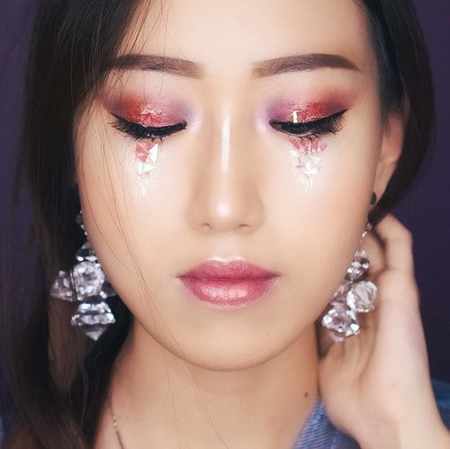 """#GIVEAWAY for all the #CatriceCosmetics products I used here. Yakin ga mau ikutan?;) Cara ikutannya liat di postinganku sebelum ini ya (yang ada banner Catrice-nya). Bakal ada 2 pemenang. Gluck!  Video tutorial up soon! *SWEET HOLOGRAPHIC HUE MAKEUP*  Another low light picture😊  Products used (see my story highlight """"CATRICE"""" for brief review for each items): @catrice.cosmetics: Liquid Highlighter Dewy Stick Spectra Light  Eyeshadow Lip Palette  Waterproof Mascara Tip Concealer  #clozetteid #beautyblogger #review @indovidgram @awesomemakeup @makeup_up @limitart @glamourvids #makeuptutorial #tutorial #ARTjessicaie #openendorse #endorsement #sbybeautyblogger @tampilcantik #tampilcantik @sbybeautyblogger @balibeautyblogger #balibeautyblogger #jessievlog #template #ibvbeauty @indobeautygram #beautyreview @rahasiagadis @ragam_kecantikan #ragamkecantikan #100daysofmakeup #makeup #BeBeautyMood #lndoBeautyGram #lndoBeautyvlogger #Tampilcantik #lvGBeauty #WakeupandMakeup #ragamkecantikan #MakeupLook @indovidgram @powerofmakeup @urpu @indobeautygram @sbybeautyblogger @balibeautyblogger @indobeautyblogger @beautybloggerindonesia #beautybloggerindonesia  @bvlogger.id  @powderroom.co.kr @getthelookid #beauty"""