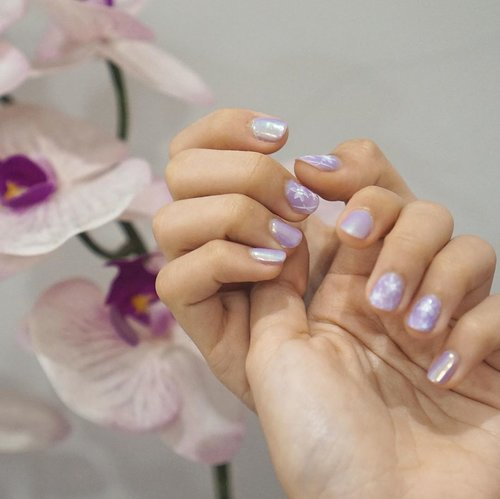Falling in love with my first light purple nails with a touch of flower art and holographic shine✨By mba Retno @beautybar.sby Ada di PTC (sebrang excelso), royal plaza dll. Ada BB glow, eyelash extension dll juga.Buruan mampir karena lagi banyak promo nih! 😉.#clozetteid #influencersurabaya #influencerbali
