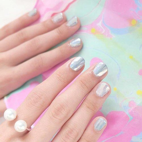 Look at this beaaaaautiful hologram nails by @hi.pink.nail 💙💜💙💜 Thank you @hi.pink.nail! This is dope <3  Kalau kemarin lihat Insta story ku pasti tahu ya kerennya series lain (chrome, galaxy, mermaid, rose gold) dr Hi Pink Nail. :D  Yuk buruan book your Christmas nails!  #clozetteid #nails #beauty