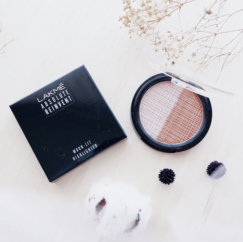 Lakme — Absolute Reinvent Moon-lit Highlighter 👌🏻 . A Highlighter palette based on fine velvet pearls that gives a beautiful natural-glowing finish on the skin 👏🏻 . Fit as a strobing Contain fine velvet pearls which make our skin glowing Can be a highlighter and contour . My honest review : The shimmer is not good enough Powdery texture Color - too white than a silver Available in 2 shade - Mine is B001 The glowing effect not clear enough 🌻 . . . #clozetteid  #lakme  #highlighter  #review  #potd  #flatlay  #makeup  #makeupkit  #blogger  #bloggerindo  #influencer  #뷰티블로거 #대한민국 #서울 #제주 #유행 #라이프스타일 #구성하다