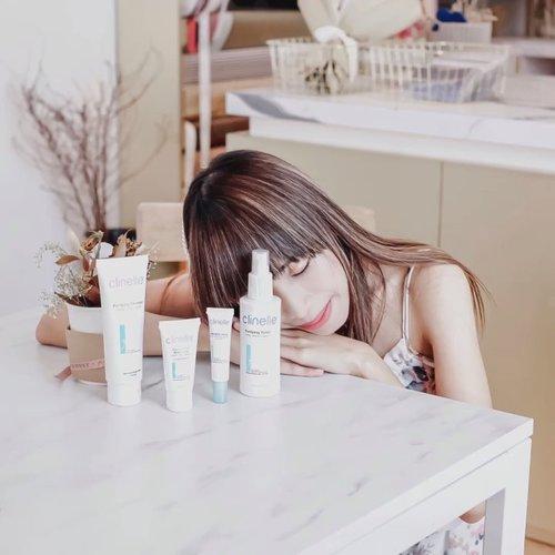 Now, I can sleep peacefully, because @clinelleid can take over my acne problem in a night 😴 - Wuhuuy ~ Buat kalian yg belom tau, @clinelleid punya series baru loh buat yg punya masalah dgn acne dan oily skin 😍 - Here's the treatment : Purifying Cleanser - I rate 4/5 Facial wash yg bakal bantu untuk kontrol produksi minyak berlebih dan meredakan infeksi akibat purging/jerawat.  Purifying Toner - I Rate 5/5 Toner yg texturenya seperti air, cepat kering dan meresap d kulit kita. Dalam sekali semprot, kulit kita akan tampak lebih seger dan lembab. Super ringan dan tidak meninggalkan rasa lengket.  Purifying Moisturizer Gel - I Rate 5/5 Yey ! Finally ada moisturizer yg super ringan, bisa kontrol oil, dan punya moisturizer yg lumayan oke buat oily skin. Ini jg bisa d pakai sm normal dan dry skin yg g pgn kulit jd becek krn pake moisturizer.  Purifying Blemish Gel - I Rate 4/5 Obat jerawat yg bs ilangin purging dlm semalem 😍 pakainya ga perlu setiap hari kok gengs. Cukup pakai saat ada masalah aja. Oleskan d bagian kulit yg berjerawat/purging min 1x sehari. - Semua product @clinelleid acne series ni sensitive skin friendly yah. So far, ga ada bad side effect d kulit aku. Jadi makin sayang aja aku sama brand ini 😍 - Kalian yg pengen cobain bisa lgsg cus ke @guardian_id gengss. D sana lengkap productnya 🌻 . . . #MyAcneMyJourney #withClinellePurifying #ClinelleIndonesia #Clozetteid #skincare #ClinelleXClozetteIdReview #skincareforacne #acneskincare  #acneproneskin  #acneproblems  #acnesolution  #dailyskincare  #skincareroutine  #sensitiveskincare