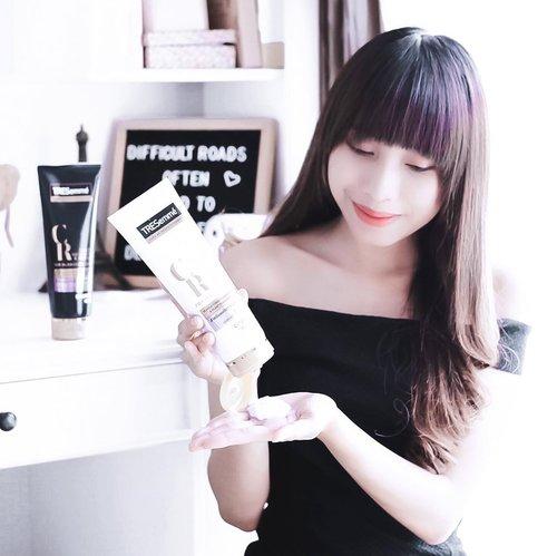 Punya rambut yg sering d bleacing dan d warnain kayak aku, pasti pusing bgt ngerawat warnanya kan 😕 - Finally, I found the answer ! @tresemmeid baru aja keluarin variant terbarunya yaitu TRESemme Color Radiant and Repair for Bleached hair. Ini adalah shampo purple pertama di Indonesia yg bagus untuk menjaga warna rambut kalian biar tetep #StayInYourColor dan membantu merawat rambut kalian dari kerusakan ☘️ . . . #clozetteid  #purpleshampoo  #tresemmé  #tresemmeshampoo  #haircare #haircareroutine  #bleachedhaircare  #influencersurabaya  #influencerjakarta