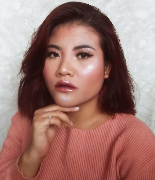 . I'm blinding. . I had a summer vibes while its not summer yet. . Highlighter @mybeautypedia.id Glowdoscope Highlighting Pallete . #clozetteid #beauty #highlighter #blinding #motd #makeup #beautygoersid #beautybloggerindonesia #setterspace #bloggermafia #emak2blogger #bloggerperempuan #bloggermakeup #summerbeautyhouse #bandungbeautyvlogger #bunnyneedsmakeup