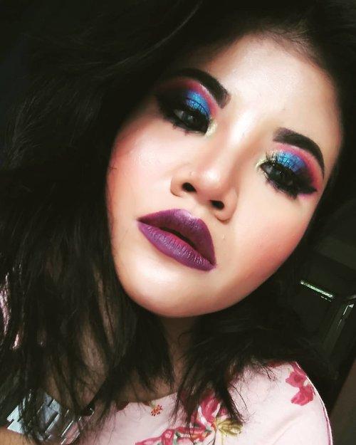 Hae instagram. . Was trying to be natural. Turns out im becoming bold. Too bold. . Taken with LG Q6 . #piiziiwiizii #bellazhee #clozetteid #BeautygoersID #beautygoersbdg #bunnyneedsmakeup #beautiesquad #indobeautysquad #setterspace #mamak #blogger #bloggermakeup #bloggerstyle #bold #makeup #smokeyeyes #colorful #eyelook #eyeshadow