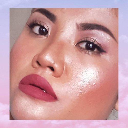 """Im in love with gleaming face. . . Sejak pertama kali kenalan sama highlighter langsung jatuh cinta. Sekalinya bermakeup dan gak bersinar-sinar gini tuh rasanya hambar banget. . My favorite highlighter? Banyak... Kayak yang aku pakai di foto ini aku pakai dari @thebalmid yang """"Mary Louminizer"""". Tone gold champagne nya pas buat yang punya skin tone gelap kayak aku. . #ClozetteId #beauty #makeup #motd #makeuproutine #highlighter #gleamingface #shining #thebalmcosmetics"""