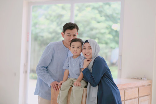 "And once again i wanna say""Happy Eid Mubarak""to all muslims around the world, may the blessings of Allah be with you today, tomorrow, and always ⭐️🌙xoxo,3 of us 😘.#ohanameansfamilyandfamilymeansnobodygetsleftbehindorforgotten#clozetteid #familypotrait #holidaymubarak"
