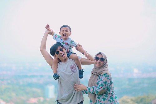 "Selamat berpuasa untuk semua muslim di seluruh social media raya dari kami ber""tiga"" ya masih ""bertiga"" 🤪🤗Semoga bulan ramadhan kali ini bisa sukses lancar dalam segala hal, terutama mencari pahalanya bisa pol-polan krn setiap melakukan kebaikan di bulan ramadhan akan di lipat gandakan pahalanya, begitu juga sebaliknya, kalo melakukan dosa ya di itung double juga dosanya (jangan sampe yesss) 😋.#selfrimender #ramadhanmubarak #fridaymubarak #ohana #clozetteid"