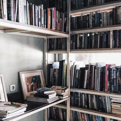 Found this place by accident. Not bad, being surrounded by books ❤️ ..#clozetteid #mealprep #coffeelife #lifestyleblogger #productivesunday #healthylifestyle #foodprep #livethelittlethings #pursuepretty #naturallight #thehappynow #bloggerlife #theblogissue #nothingisordinary #photosinbetween #flashesofdelight #liveauthenic #livewell #wonderlust #stylegoals #vsco #lightroom #styleblogger #blogger #authenticlove #motivation #loveyourself #selflove #realtalk #realwomen