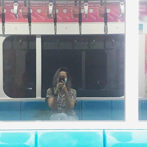 Salah satu kegiatan favorit saat pulang kantor, yaitu naik MRT 🙃..#mrtlife #clozetteid