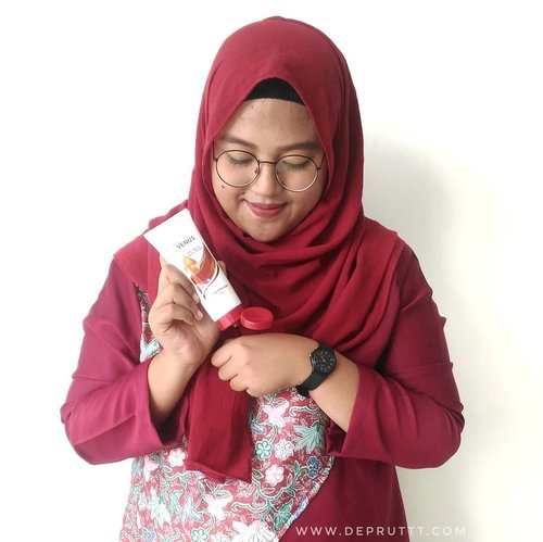 @venuscosmeticind ngeluarin produk terbarunya yaitu Anti Aging Body Serum. Body serum ini nggak lengket dan ringan. Oh ya wanginya manis bangeett 😍 review lengkapnya bisa baca di blog ku (www.depruttt.com) 😘...#GetBeautywithVenus#VenusXBintangIndonesia#BintangIndonesia  #VenusCosmetic#singgasanasurabaya#sbbxvenus #sbbevent#clozetteid